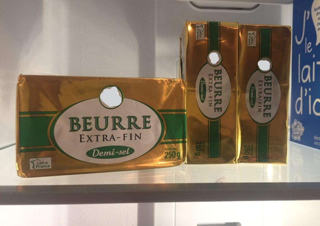 3 plaques de beurre salé dans un frigo