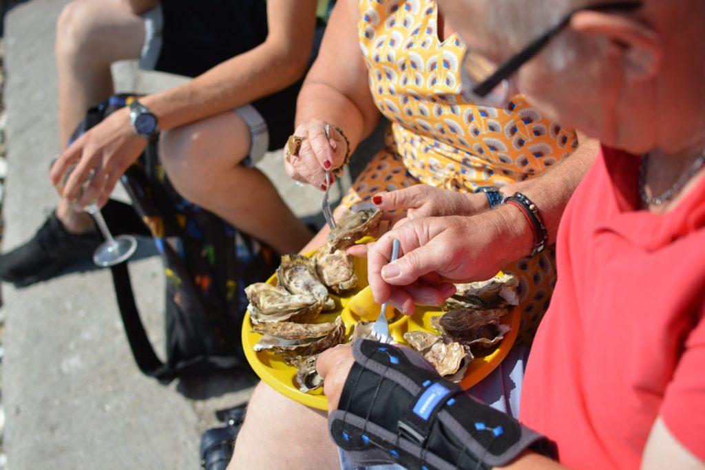 Un homme et une femme assis en train de déguster des huîtres