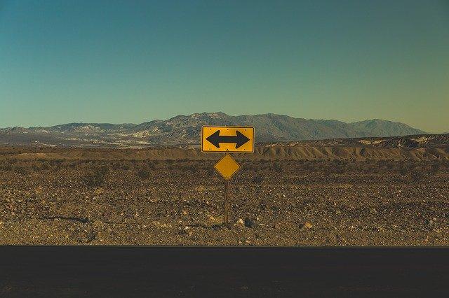 Panneau à double sens gauche et droite dans le désert