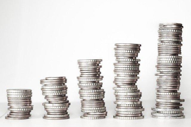 5 piles de pièces argent alignées