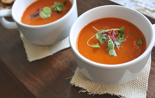 2 bols de soupe rouges orangés