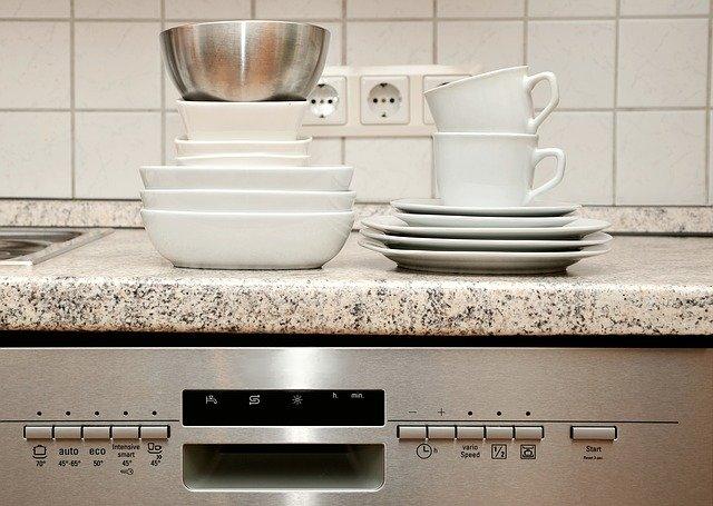 assiettes et tasses empilées sur un lave-vaisselle