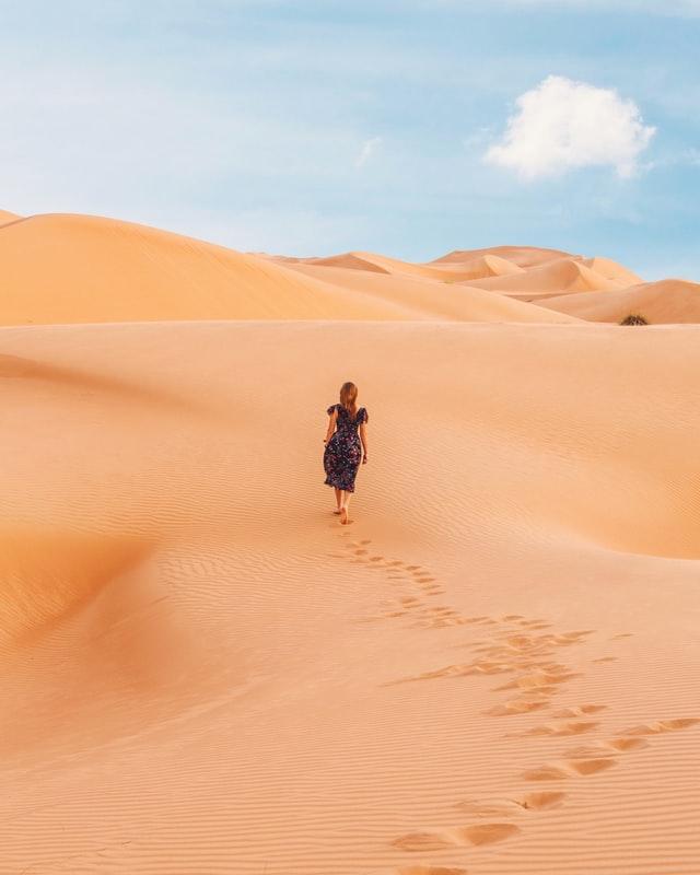 femme qui marche seule dans le désert