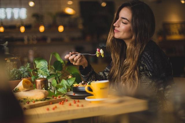 femme souriante en train de manger